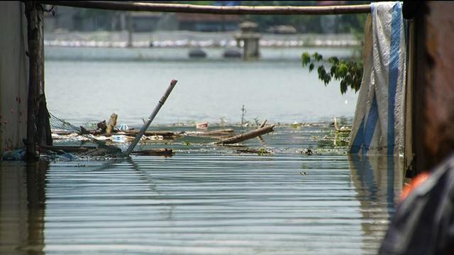 Rác thải cùng nước len lỏi vào nhà dân vùng rốn lũ Hà Nội  - Ảnh 14.