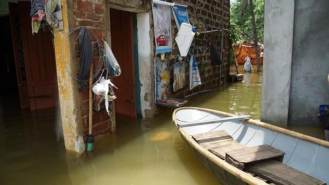 Rác thải cùng nước len lỏi vào nhà dân vùng rốn lũ Hà Nội  - Ảnh 3.