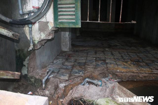 Ảnh: Cận cảnh hố tử thần sâu 3m tại nhà dân ở Hà Nội - Ảnh 4.