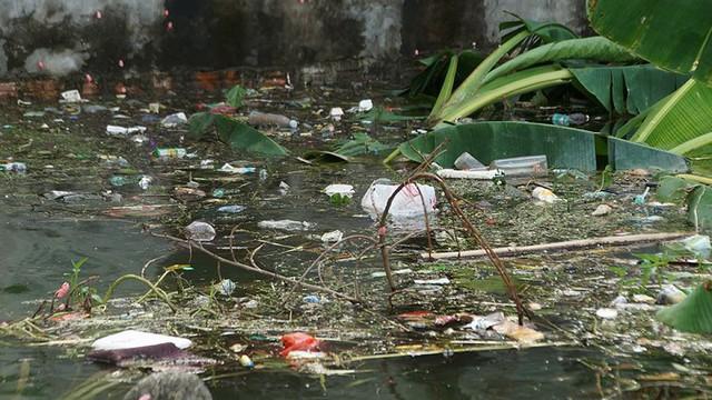 Rác thải cùng nước len lỏi vào nhà dân vùng rốn lũ Hà Nội  - Ảnh 7.