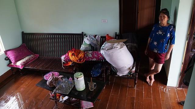 Rác thải cùng nước len lỏi vào nhà dân vùng rốn lũ Hà Nội  - Ảnh 8.