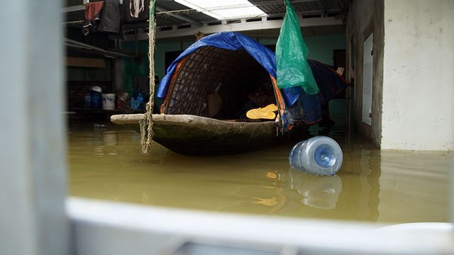 Rác thải cùng nước len lỏi vào nhà dân vùng rốn lũ Hà Nội  - Ảnh 9.