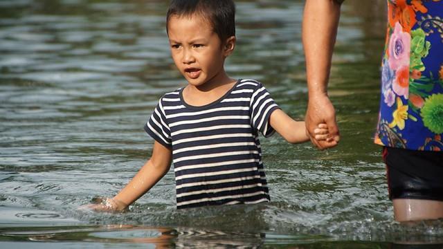 Rác thải cùng nước len lỏi vào nhà dân vùng rốn lũ Hà Nội  - Ảnh 10.