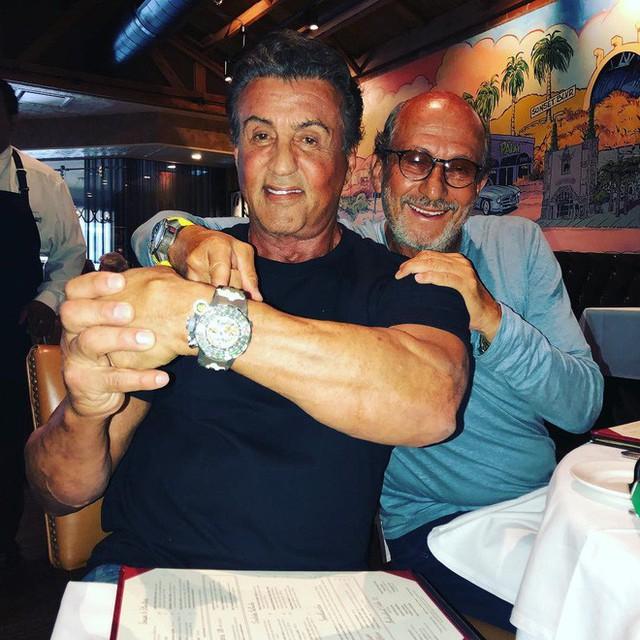Đây là chiếc đồng hồ nồi đồng cối đá có giá triệu đô được chính ngôi sao hành động Sylvester Stallone thiết kế - Ảnh 2.