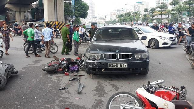 Vụ BMW đâm liên hoàn trước cổng Royal City: Nữ tài xế khai do vướng quai giày cao gót - Ảnh 1.