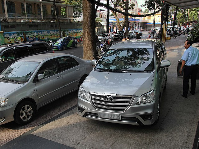 Dân đề nghị tăng chỗ đậu ô tô chung cư - Ảnh 1.