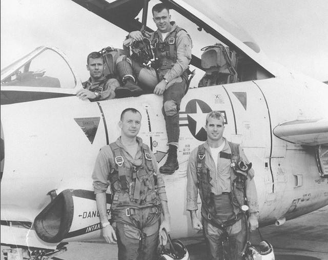 Những cột mốc đáng nhớ trong cuộc đời Thượng nghị sĩ McCain - Ảnh 1.