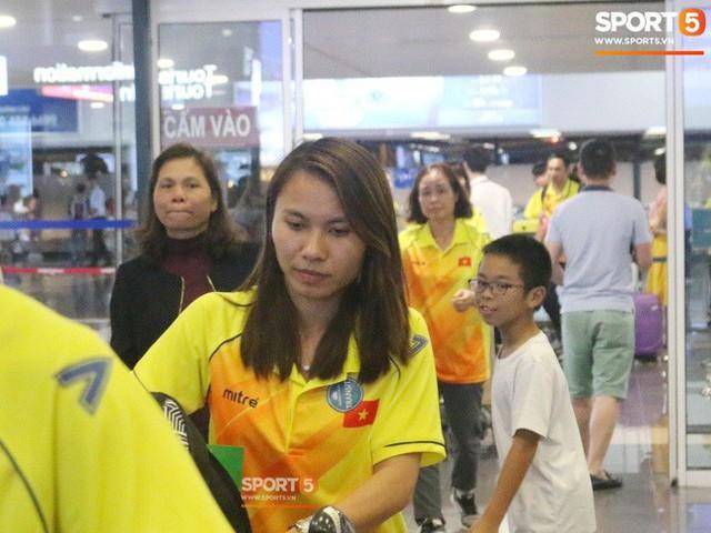 Khung cảnh đìu hiu trong ngày đội tuyển nữ Việt Nam về nước - Ảnh 1.