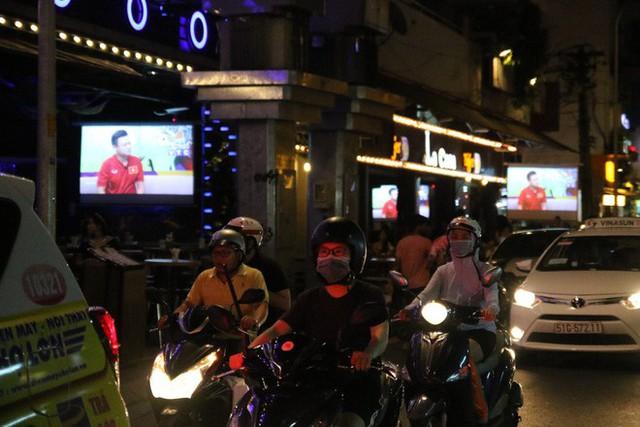 Người nước ngoài uống bia cổ vũ cho U23 Việt Nam ở Sài Gòn - Ảnh 1.