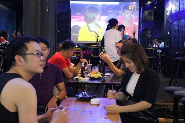 Người nước ngoài uống bia cổ vũ cho U23 Việt Nam ở Sài Gòn - Ảnh 2.