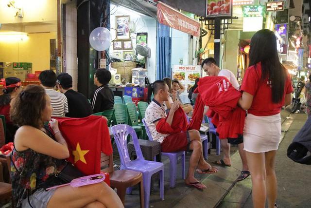 Người nước ngoài uống bia cổ vũ cho U23 Việt Nam ở Sài Gòn - Ảnh 11.