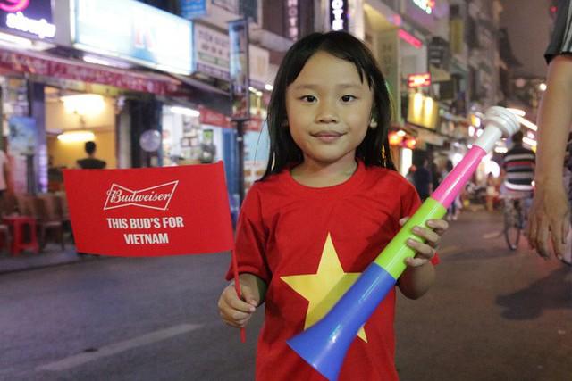 Người nước ngoài uống bia cổ vũ cho U23 Việt Nam ở Sài Gòn - Ảnh 12.