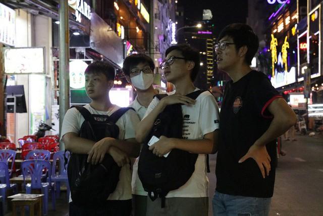 Người nước ngoài uống bia cổ vũ cho U23 Việt Nam ở Sài Gòn - Ảnh 13.