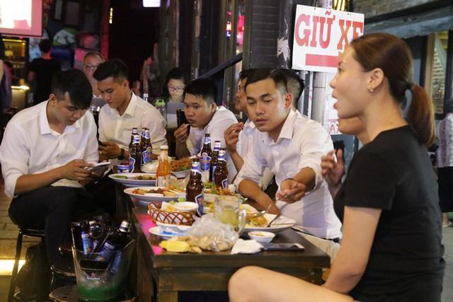 Người nước ngoài uống bia cổ vũ cho U23 Việt Nam ở Sài Gòn - Ảnh 3.