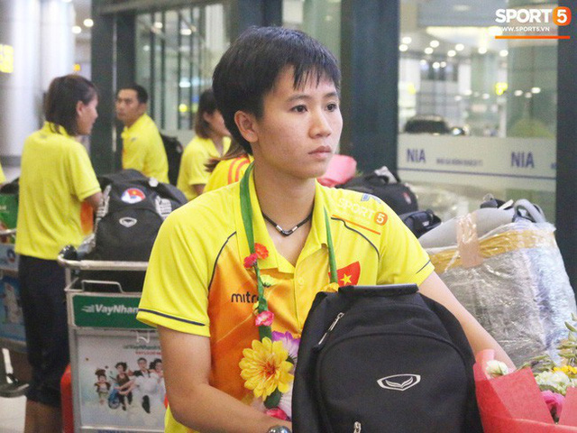 Khung cảnh đìu hiu trong ngày đội tuyển nữ Việt Nam về nước - Ảnh 4.
