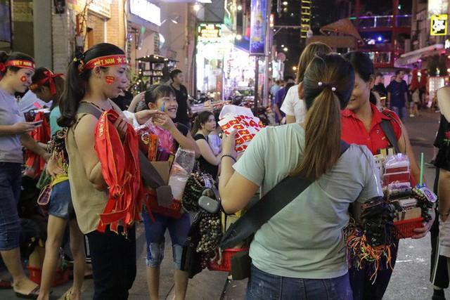 Người nước ngoài uống bia cổ vũ cho U23 Việt Nam ở Sài Gòn - Ảnh 4.
