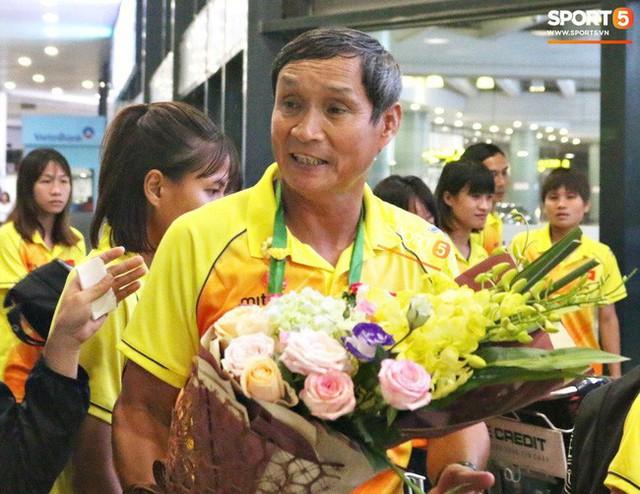 Khung cảnh đìu hiu trong ngày đội tuyển nữ Việt Nam về nước - Ảnh 5.