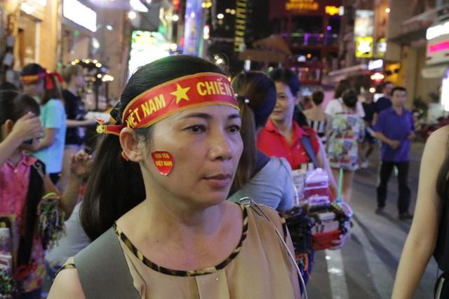 Người nước ngoài uống bia cổ vũ cho U23 Việt Nam ở Sài Gòn - Ảnh 5.
