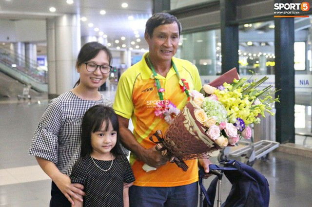 Khung cảnh đìu hiu trong ngày đội tuyển nữ Việt Nam về nước - Ảnh 6.