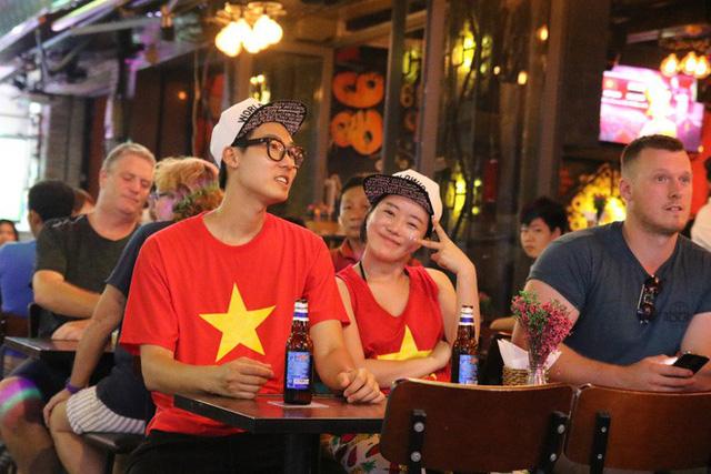 Người nước ngoài uống bia cổ vũ cho U23 Việt Nam ở Sài Gòn - Ảnh 7.