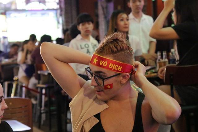 Người nước ngoài uống bia cổ vũ cho U23 Việt Nam ở Sài Gòn - Ảnh 8.