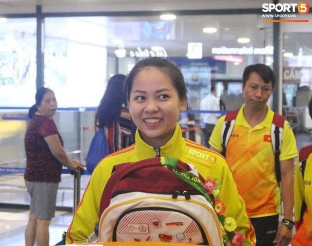 Khung cảnh đìu hiu trong ngày đội tuyển nữ Việt Nam về nước - Ảnh 9.