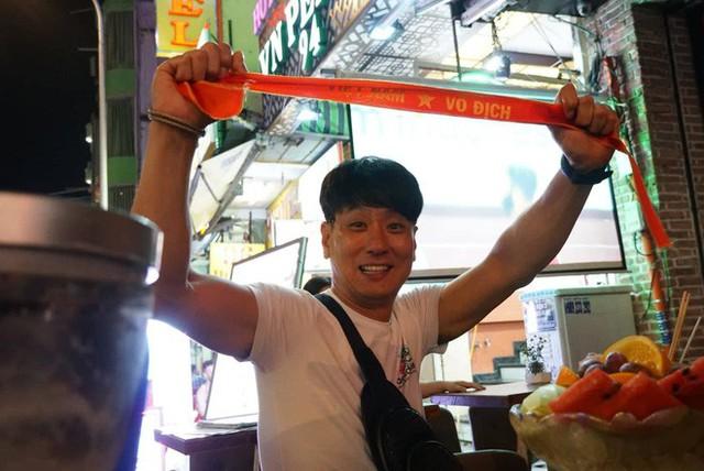 Người nước ngoài uống bia cổ vũ cho U23 Việt Nam ở Sài Gòn - Ảnh 9.