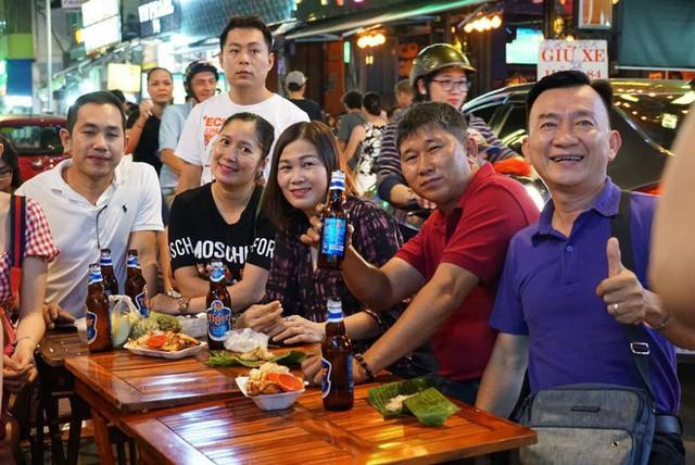 Người nước ngoài uống bia cổ vũ cho U23 Việt Nam ở Sài Gòn - Ảnh 10.