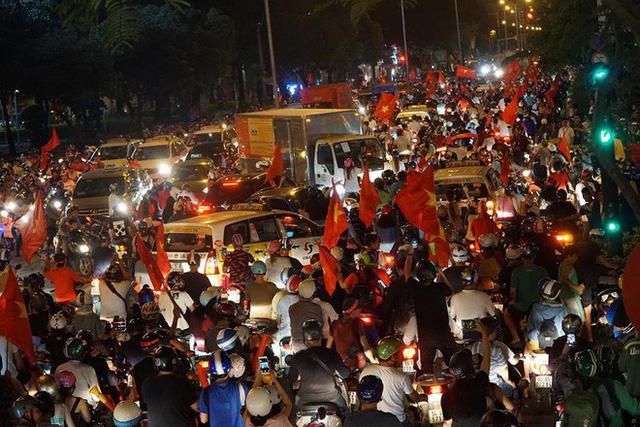 Xe bồn đứng yên chịu trận trong dòng người đi bão ở Sài Gòn mừng chiến thắng của U23 Việt Nam - Ảnh 2.