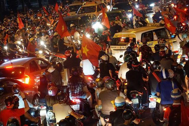Xe bồn đứng yên chịu trận trong dòng người đi bão ở Sài Gòn mừng chiến thắng của U23 Việt Nam - Ảnh 3.