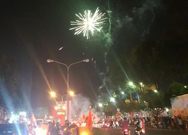 Đồng Nai: Pháo hoa bắn rực trời đêm chiến thắng của Olympic Việt Nam - Ảnh 2.