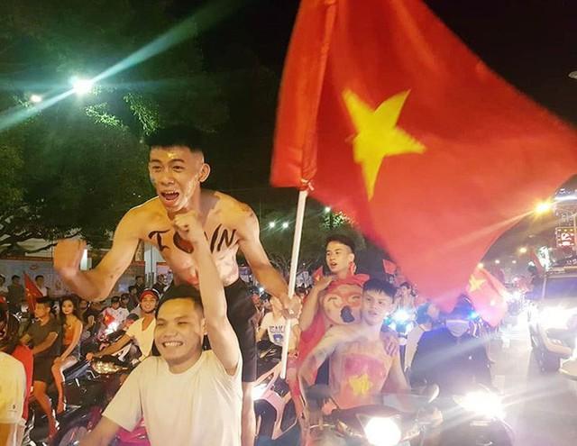 Đồng Nai: Pháo hoa bắn rực trời đêm chiến thắng của Olympic Việt Nam - Ảnh 3.