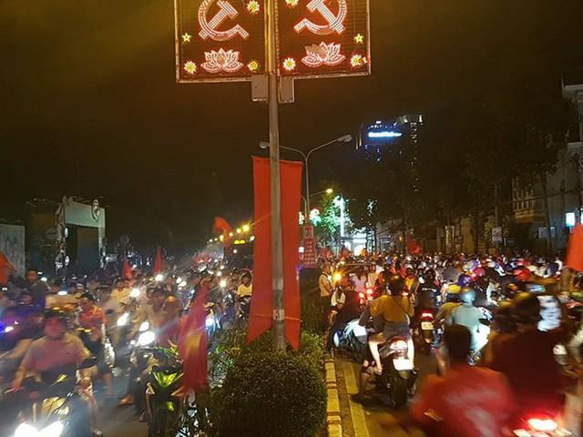 Đồng Nai: Pháo hoa bắn rực trời đêm chiến thắng của Olympic Việt Nam - Ảnh 4.