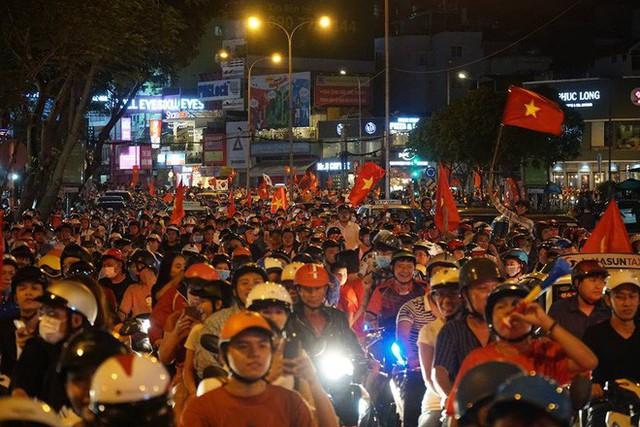 Xe bồn đứng yên chịu trận trong dòng người đi bão ở Sài Gòn mừng chiến thắng của U23 Việt Nam - Ảnh 6.
