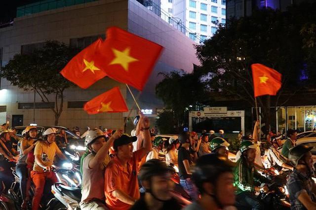 Xe bồn đứng yên chịu trận trong dòng người đi bão ở Sài Gòn mừng chiến thắng của U23 Việt Nam - Ảnh 7.