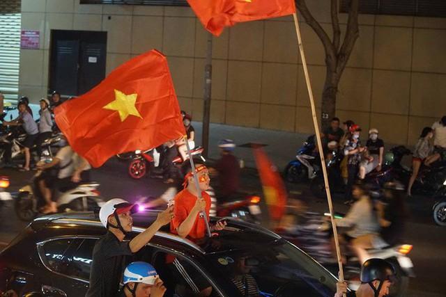 Xe bồn đứng yên chịu trận trong dòng người đi bão ở Sài Gòn mừng chiến thắng của U23 Việt Nam - Ảnh 8.