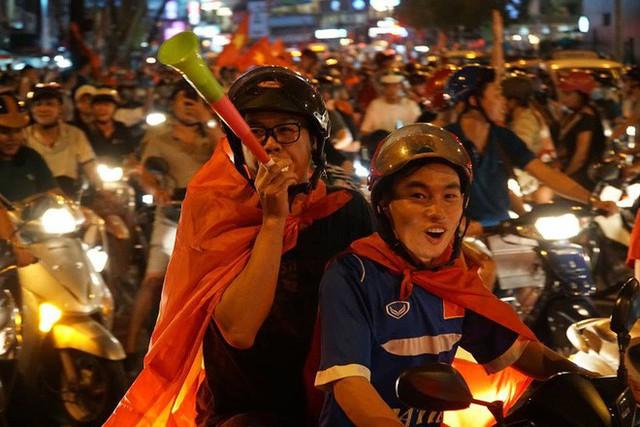 Xe bồn đứng yên chịu trận trong dòng người đi bão ở Sài Gòn mừng chiến thắng của U23 Việt Nam - Ảnh 9.
