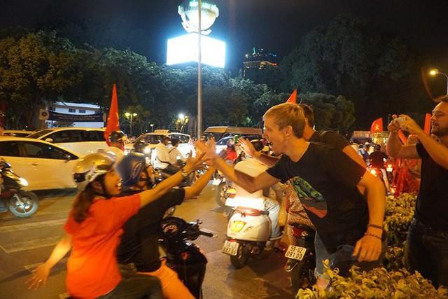 Xe bồn đứng yên chịu trận trong dòng người đi bão ở Sài Gòn mừng chiến thắng của U23 Việt Nam - Ảnh 10.