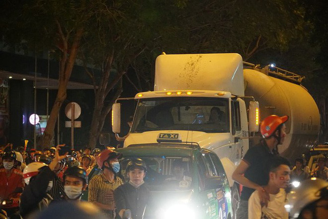 Xe bồn đứng yên chịu trận trong dòng người đi bão ở Sài Gòn mừng chiến thắng của U23 Việt Nam - Ảnh 11.