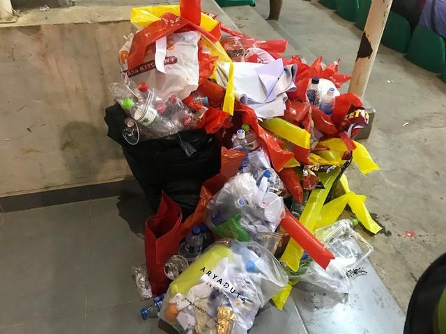 Cổ động viên Việt Nam nán lại thu dọn rác trên khán đài sau trận bán kết ASIAD 2018 ở Indonesia - Ảnh 3.