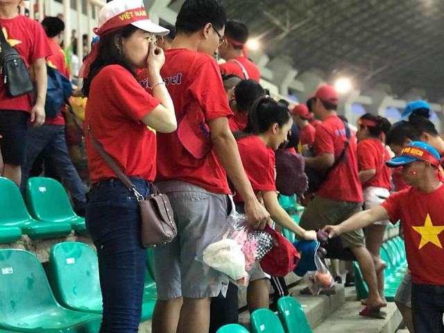 Cổ động viên Việt Nam nán lại thu dọn rác trên khán đài sau trận bán kết ASIAD 2018 ở Indonesia - Ảnh 2.