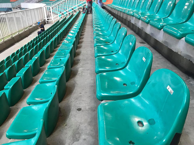 Cổ động viên Việt Nam nán lại thu dọn rác trên khán đài sau trận bán kết ASIAD 2018 ở Indonesia - Ảnh 6.