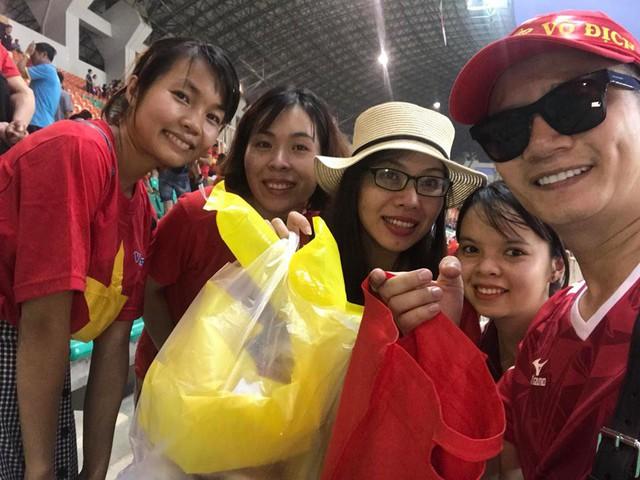 Cổ động viên Việt Nam nán lại thu dọn rác trên khán đài sau trận bán kết ASIAD 2018 ở Indonesia - Ảnh 4.