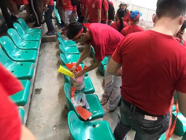 Cổ động viên Việt Nam nán lại thu dọn rác trên khán đài sau trận bán kết ASIAD 2018 ở Indonesia - Ảnh 5.