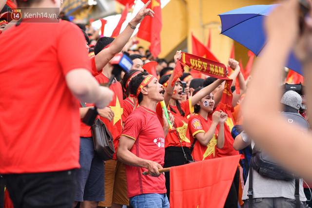 CĐV bần thần trước thất bại của Olympic Việt Nam, nhưng vẫn tự hào vì những gì các cầu thủ đã làm được - Ảnh 1.