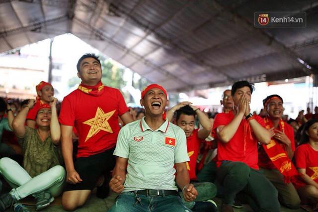 CĐV bần thần trước thất bại của Olympic Việt Nam, nhưng vẫn tự hào vì những gì các cầu thủ đã làm được - Ảnh 10.