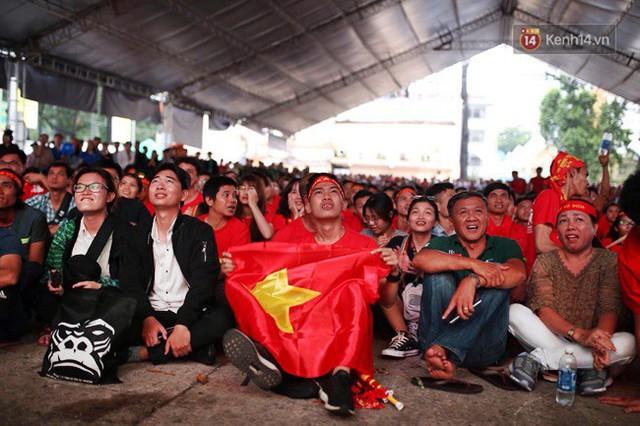 CĐV bần thần trước thất bại của Olympic Việt Nam, nhưng vẫn tự hào vì những gì các cầu thủ đã làm được - Ảnh 11.