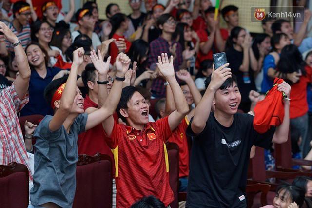 CĐV bần thần trước thất bại của Olympic Việt Nam, nhưng vẫn tự hào vì những gì các cầu thủ đã làm được - Ảnh 14.