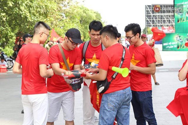 CĐV bần thần trước thất bại của Olympic Việt Nam, nhưng vẫn tự hào vì những gì các cầu thủ đã làm được - Ảnh 148.
