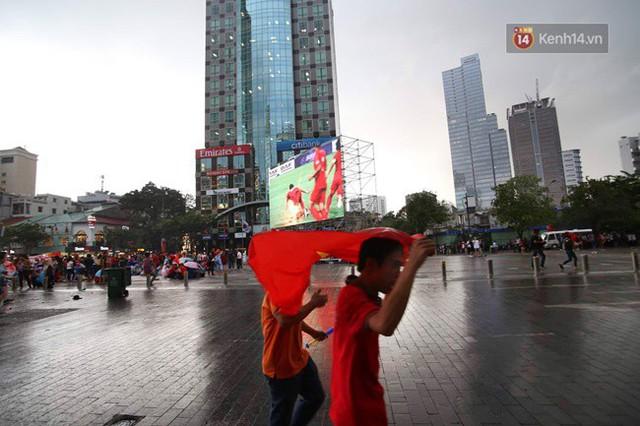 CĐV bần thần trước thất bại của Olympic Việt Nam, nhưng vẫn tự hào vì những gì các cầu thủ đã làm được - Ảnh 47.